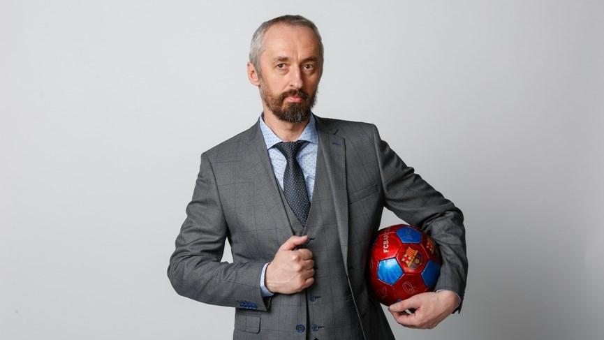 Мужчина в костюме с мячом